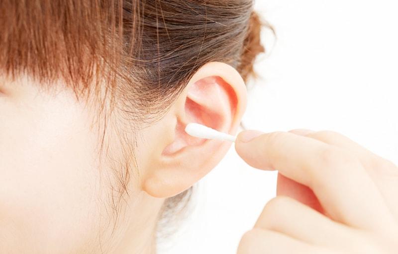 綿棒で耳掃除する女性
