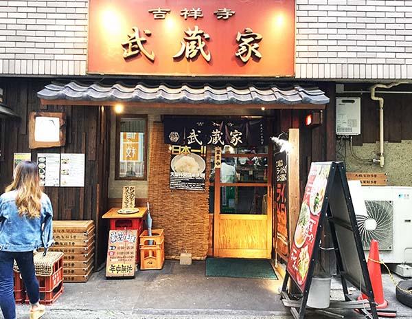 ラーメン「武蔵屋」の玄関