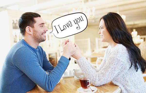 愛してるよと告白する男