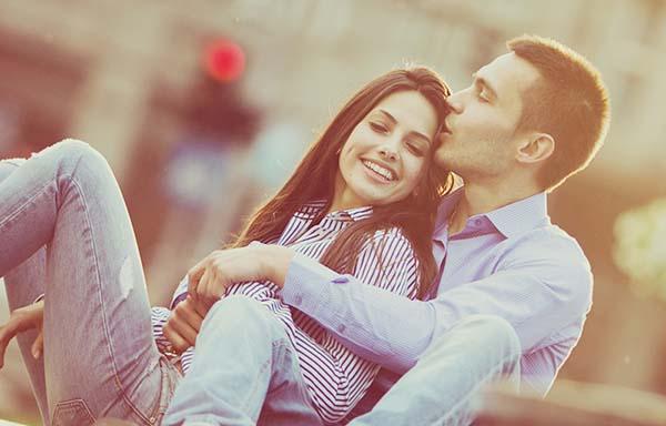 彼女にキスする彼氏