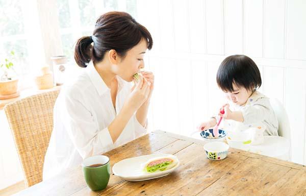 食事をしている赤ちゃんと母親