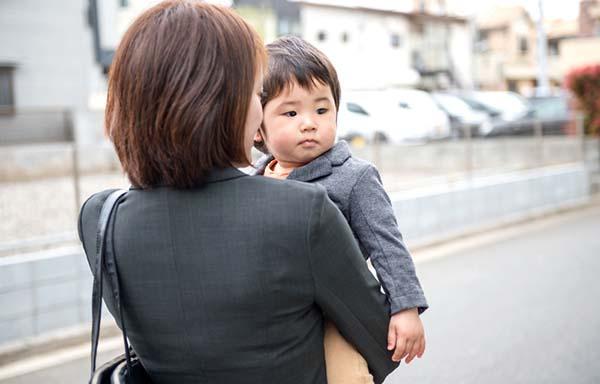 出勤する子供と赤ちゃん