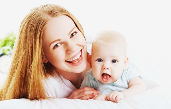 笑顔の母と赤ちゃん