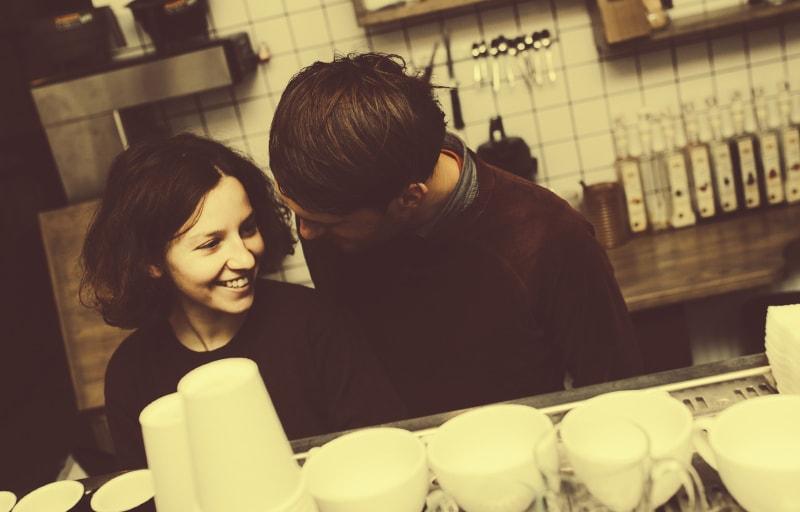 コーヒーをこれから仲良く作るカップル