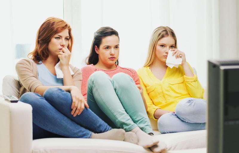 映画を見て泣く女性たち