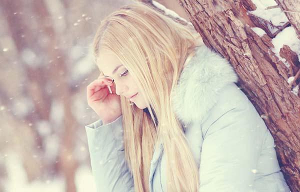 雪の中、泣く女
