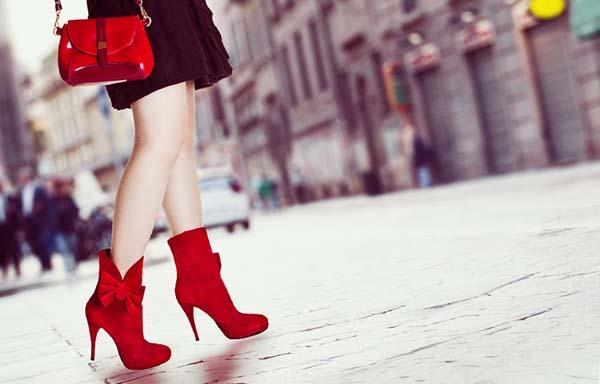 赤いヒールを履いた女性
