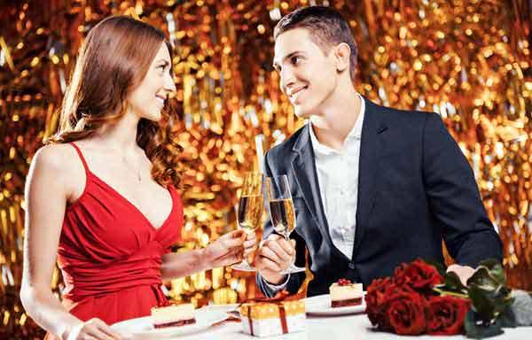 シャンパンで乾杯するカップル