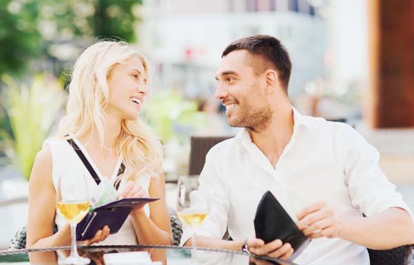 食事の支払いを準備するカップル