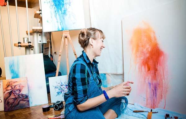 アトリエで絵を描く女性