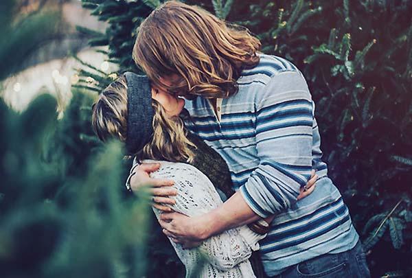 クリスマスにキスをするカップル