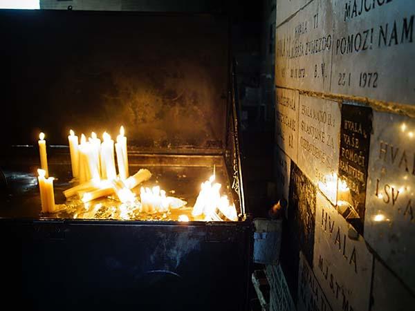 蝋燭の火が静けさと厳かさを出しています