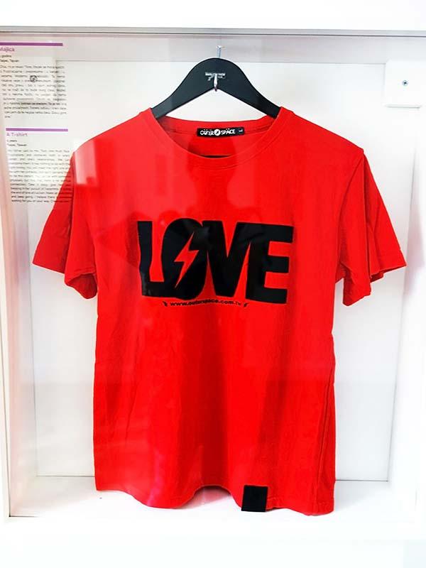 この赤いTシャツにもエピソードがあります