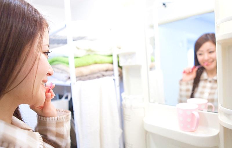 歯磨きする女