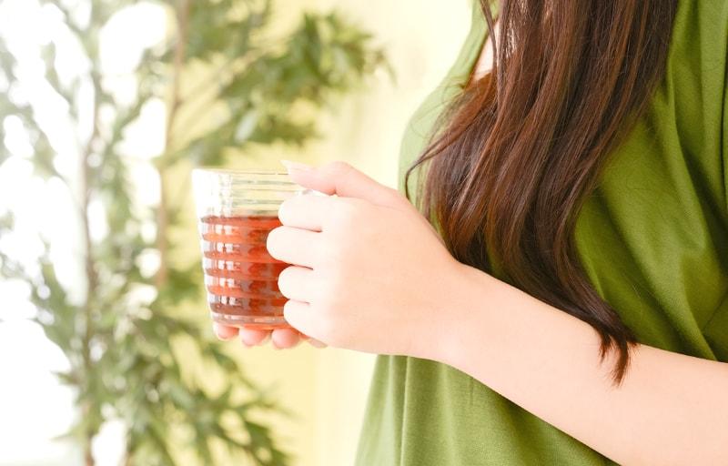 麦茶を持つ女性