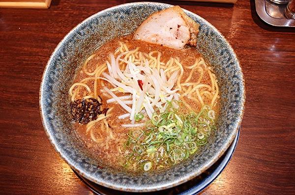 スープはなんと赤味噌です