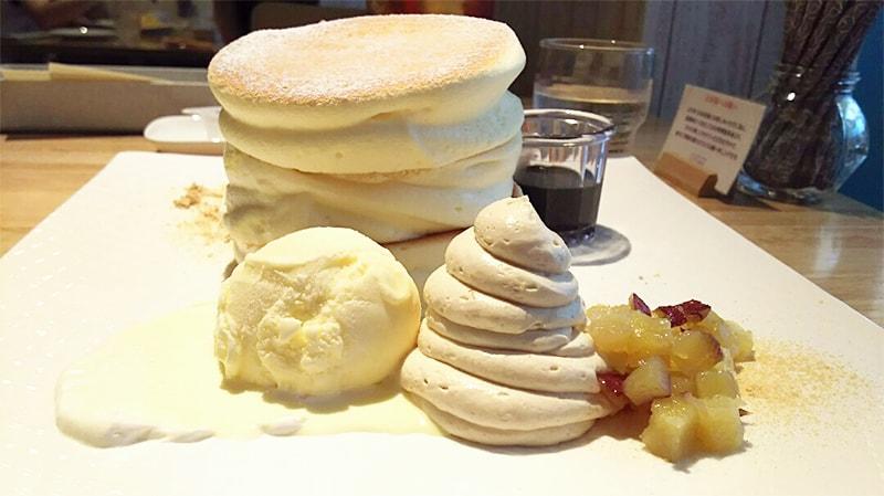 パンケーキが3枚重なっていて厚みがあります