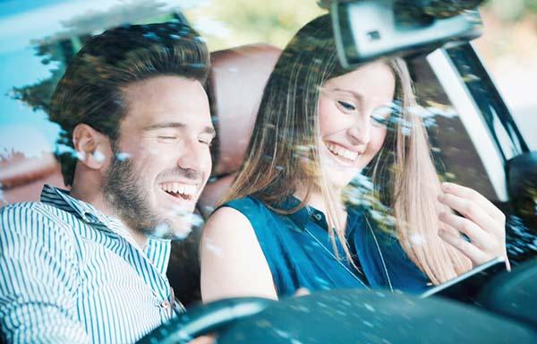 車の中で仲良く会話するカップル