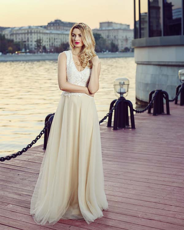 イブニングドレスを着ている女性