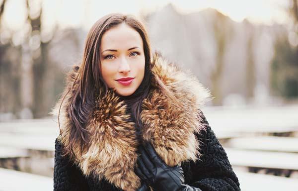 毛皮のコートを着た女性