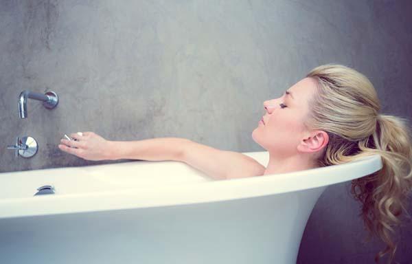 風呂につかる女性