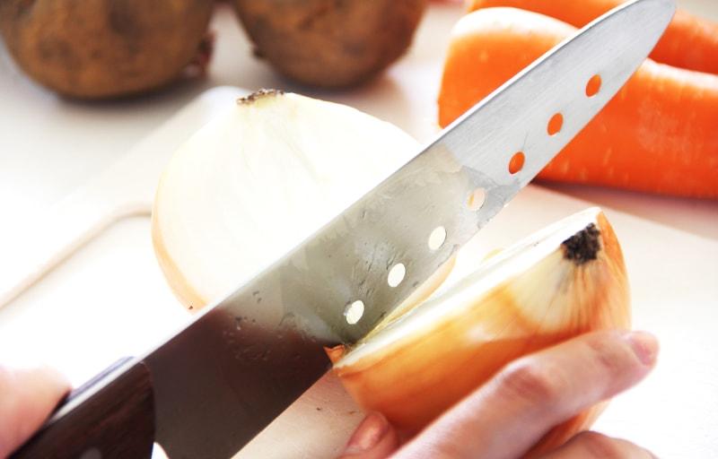 包丁で玉ねぎを切る