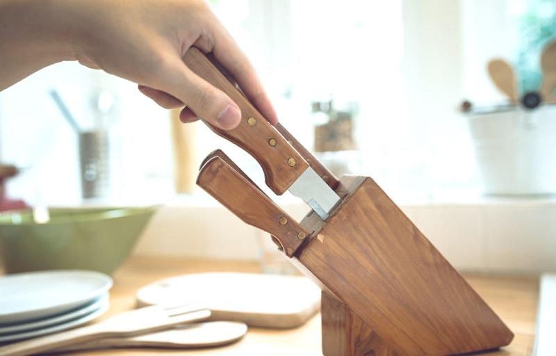 包丁を木のケースから取り出す