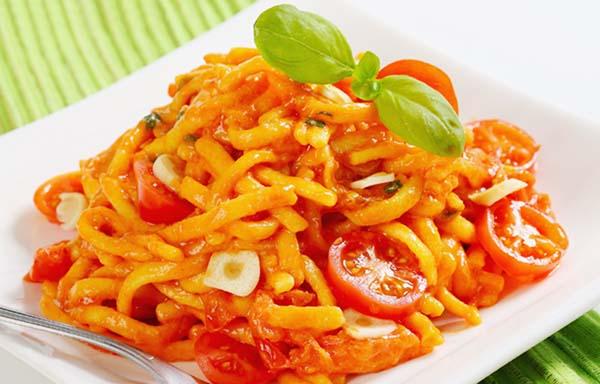 ニンニクをのせたトマトパスタ