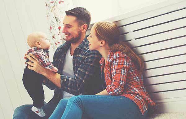 赤ちゃんを育てる夫婦