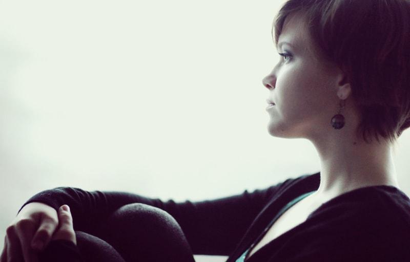 孤独に悲しむ女性
