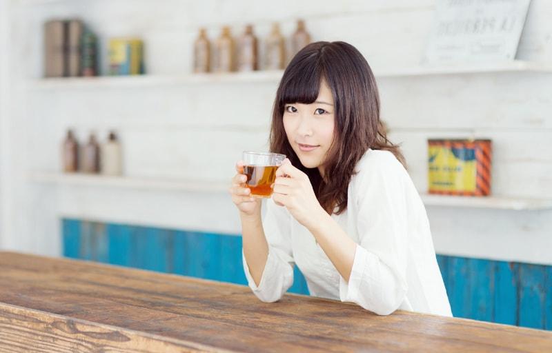 アイスティーを飲む女性