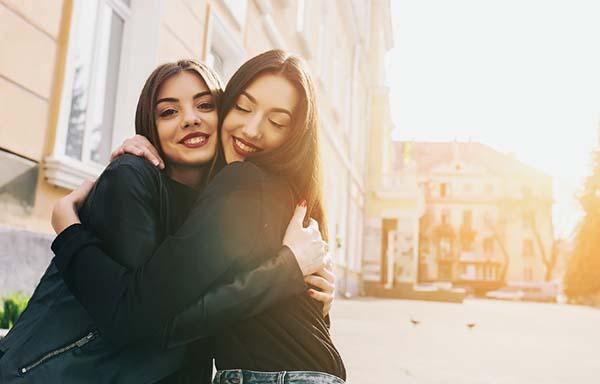友達と抱き合う女子