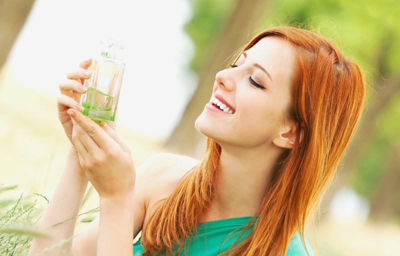 香水の香りを味わう女性