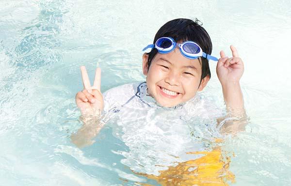 プールを楽しむ男の子
