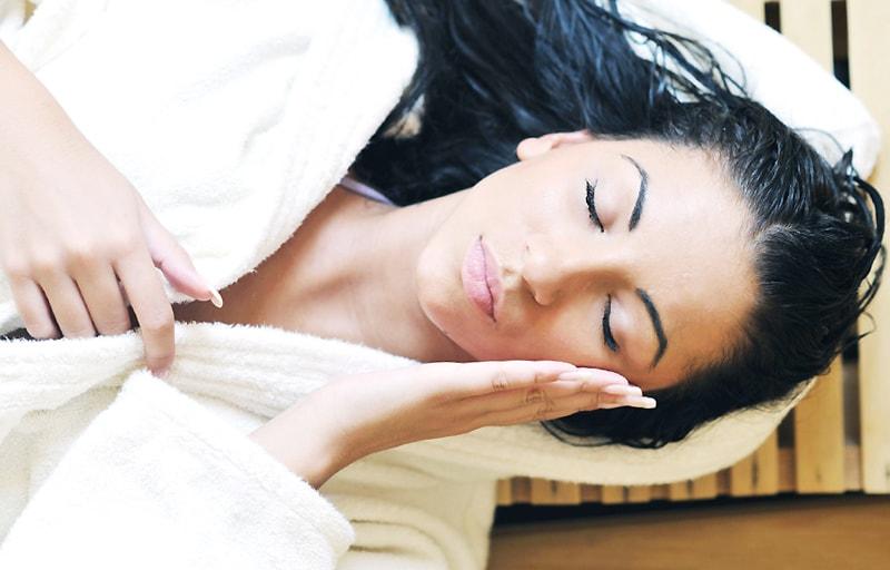 サウナで体を温める女性