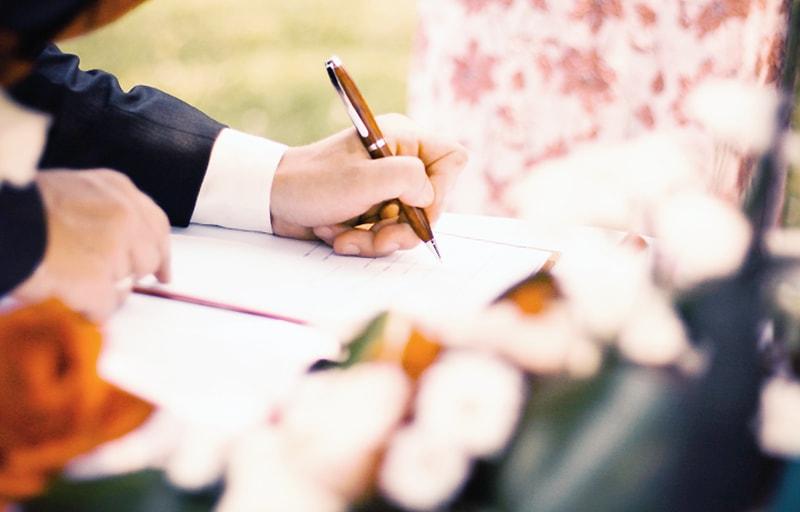 結婚式の受付でメッセージを書く