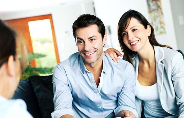 親と相談する夫婦
