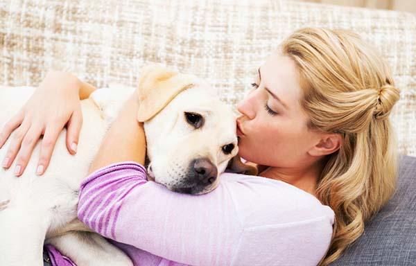 犬に抱き付く女性