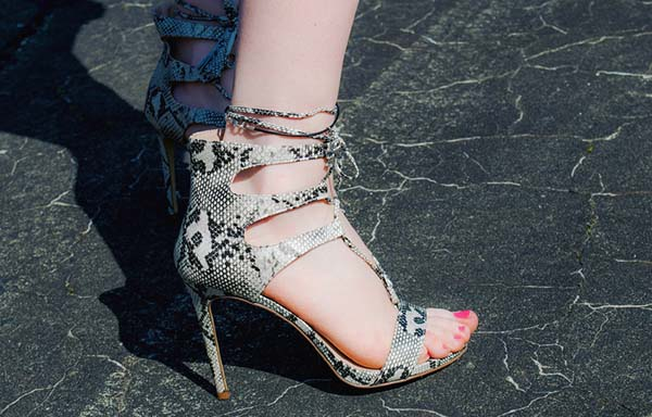 ヒールの高い靴を履いた女性