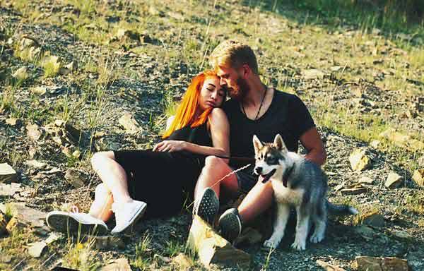 野原で愛し合う恋人たち