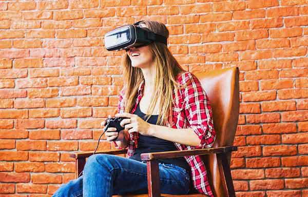 ゲームをしている女性