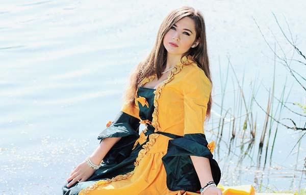 黄色いドレスの女性