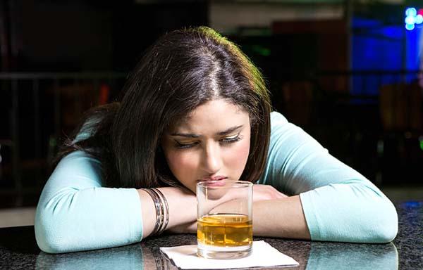 バーで落ち込んでいる女性