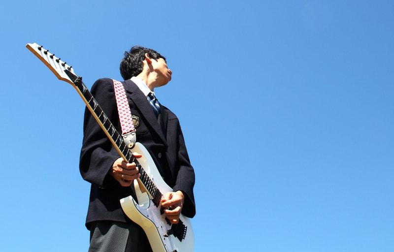 ギターを弾く学生