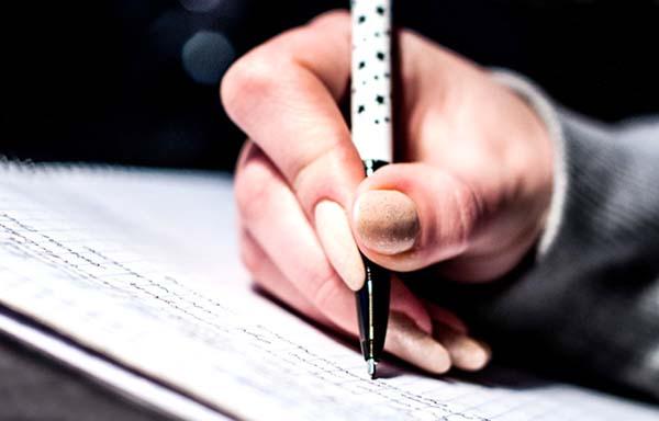 ペンで字を書く