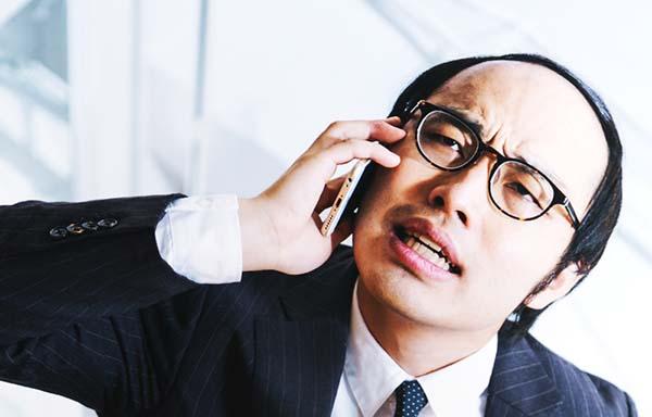 電話でクレームをつける男