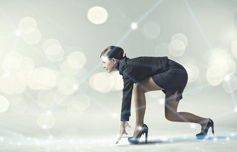 目標に向かって走る女性