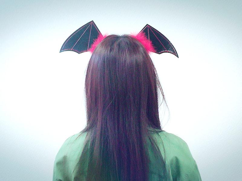 コウモリの羽を頭につけてみましょう