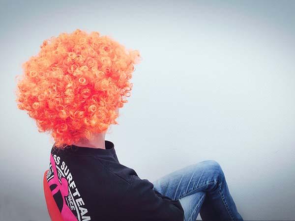 オレンジ色のアフロかつら