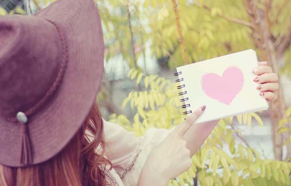 ハートが描かれた手帳を持つ女の子